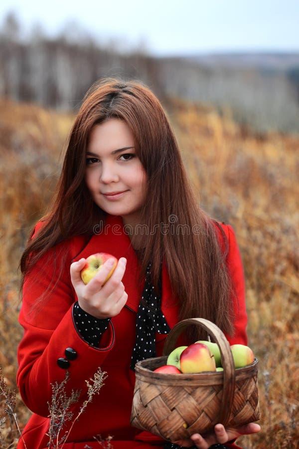 Mädchen mit Apfel stockfotos