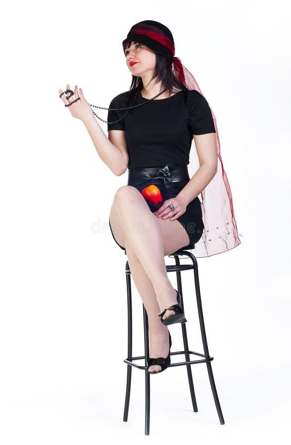 Mädchen mit Apfel auf Schemel lizenzfreie stockbilder