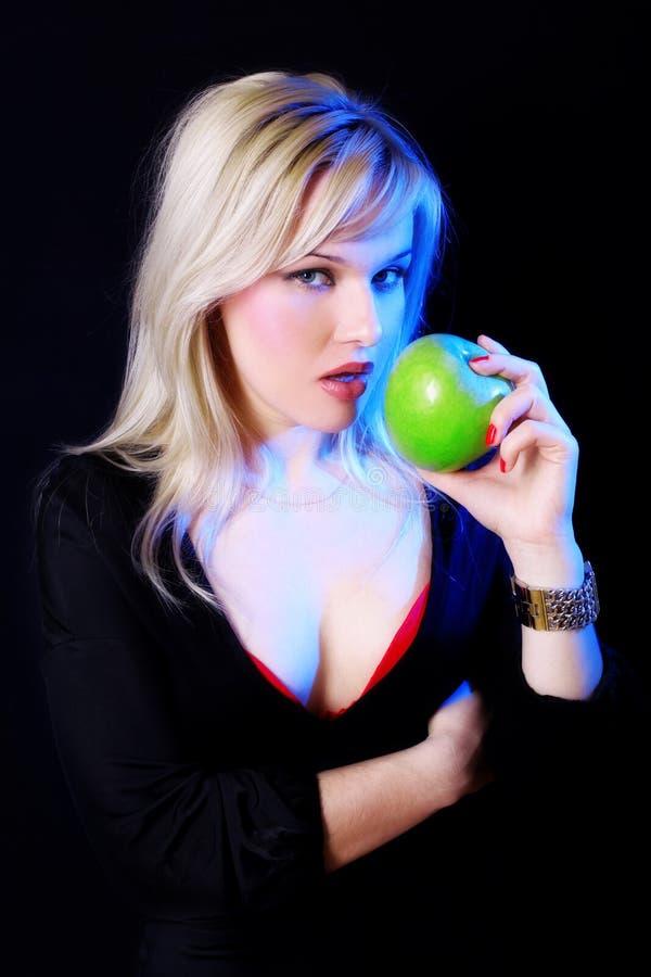 Mädchen mit Apfel unter blauer Leuchte lizenzfreie stockfotografie