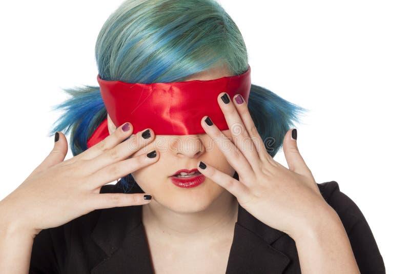 Mädchen mit Augen mit verbundenen Augen lizenzfreies stockbild