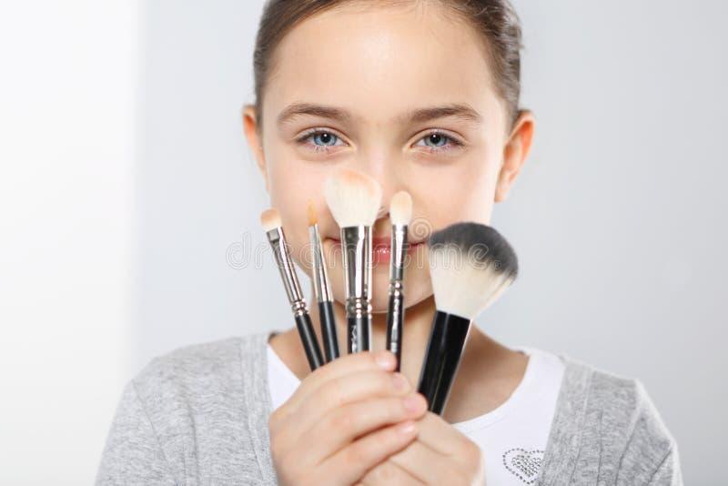 Mädchen mit Bürsten für Make-up lizenzfreies stockbild