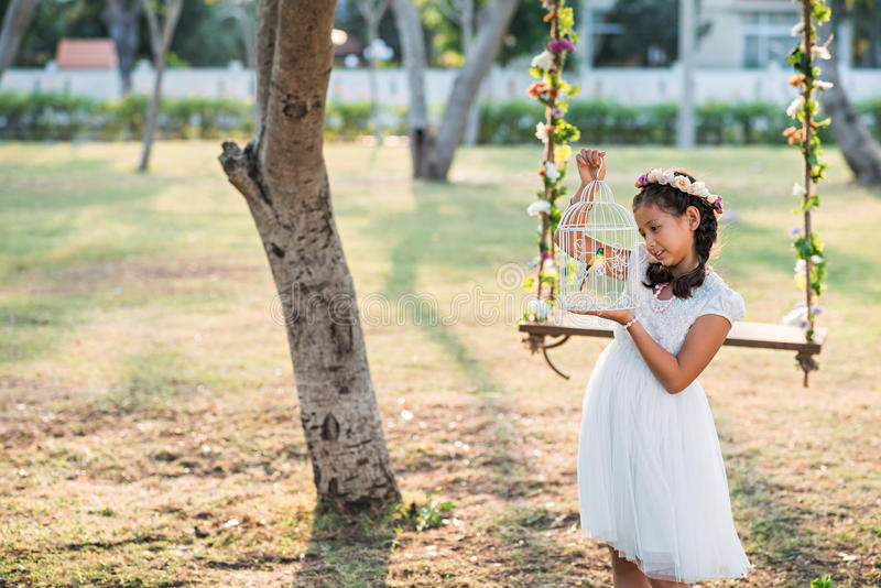 Mädchen mit Birdcage lizenzfreies stockfoto