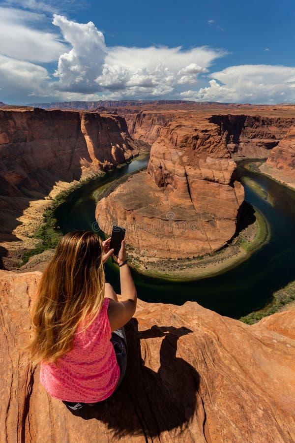 Mädchen mit Blick auf die Horse Shoe Bend Landschaft, Arizona, Vereinigte Staaten stockbilder