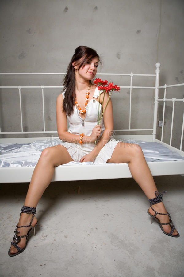 Mädchen mit Blume stockbild