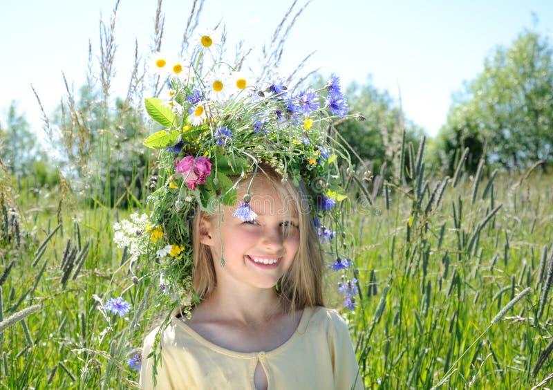 Mädchen mit Blume Diadem lizenzfreie stockfotos