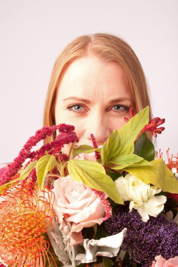 Mädchen mit Blumen lizenzfreies stockfoto