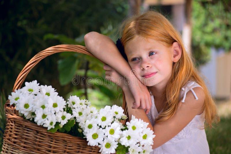 Download Mädchen mit Blumen stockbild. Bild von betrieb, glück - 27730275