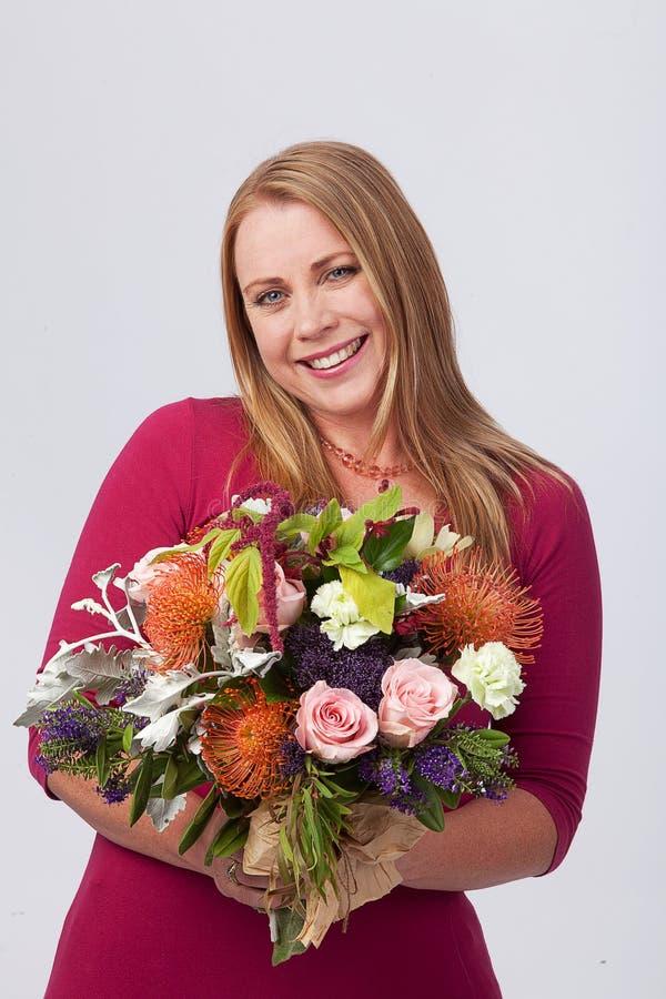 Mädchen mit Blumen stockfotos
