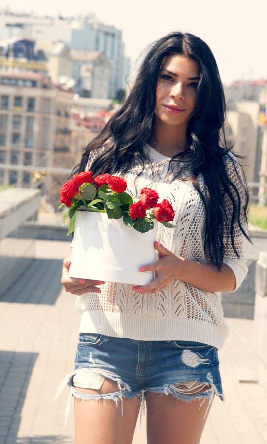 Mädchen mit Blumen beauti Spitze lizenzfreie stockbilder