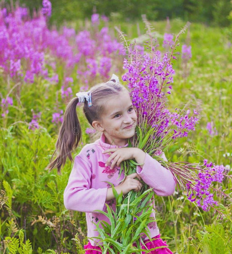 Mädchen mit Blumen in der Natur stockbilder