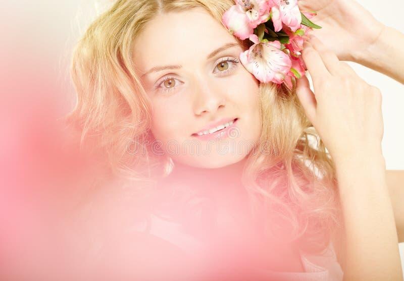 Mädchen mit Blumen im Haar stockbilder