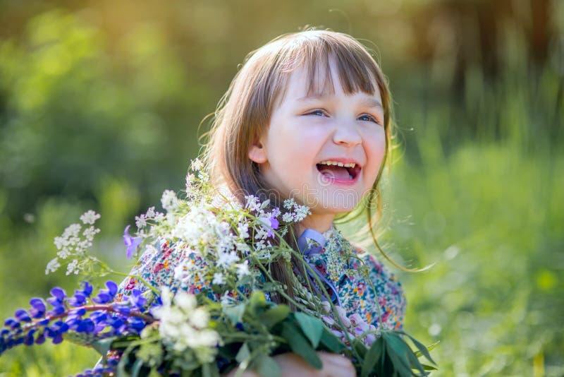 Mädchen mit Blumenstrauß der Blumen stockbild