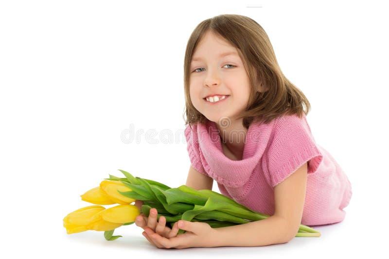 Mädchen mit Blumenstrauß von Tulpen stockbild