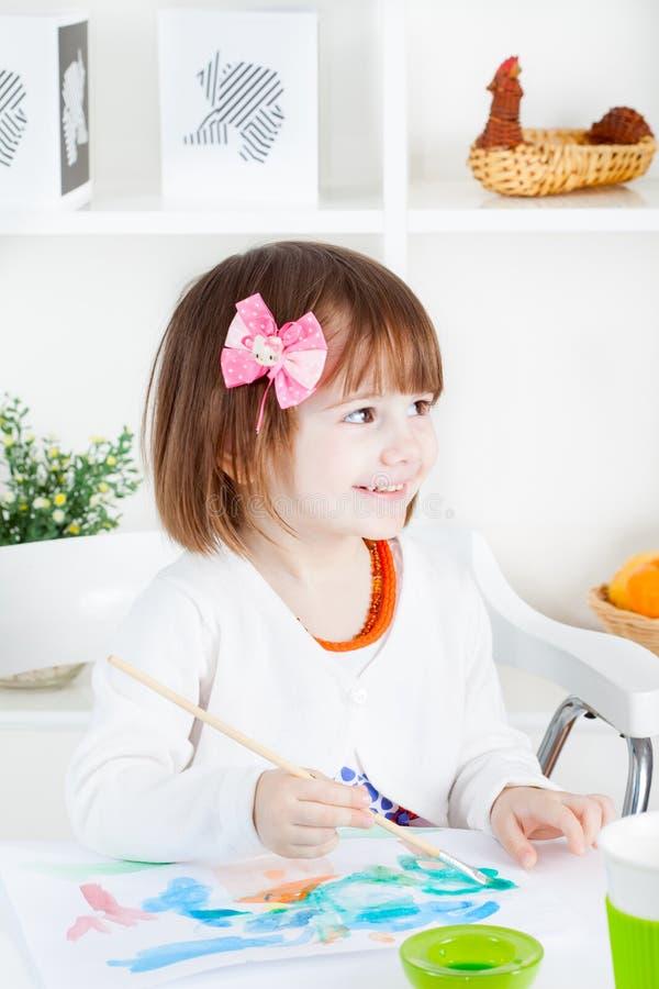 Mädchen mit Bogen und Pinsel stockfoto