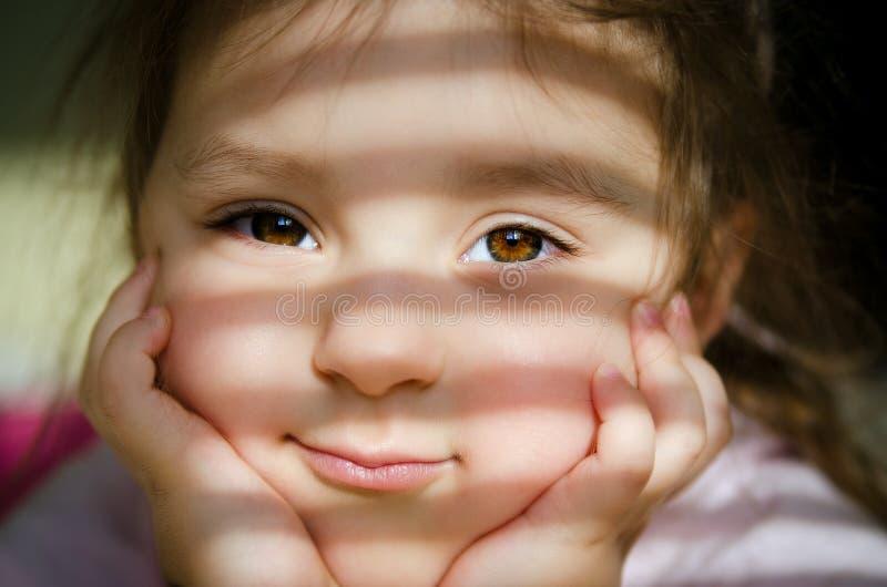 Mädchen mit braunen Augen lizenzfreies stockfoto