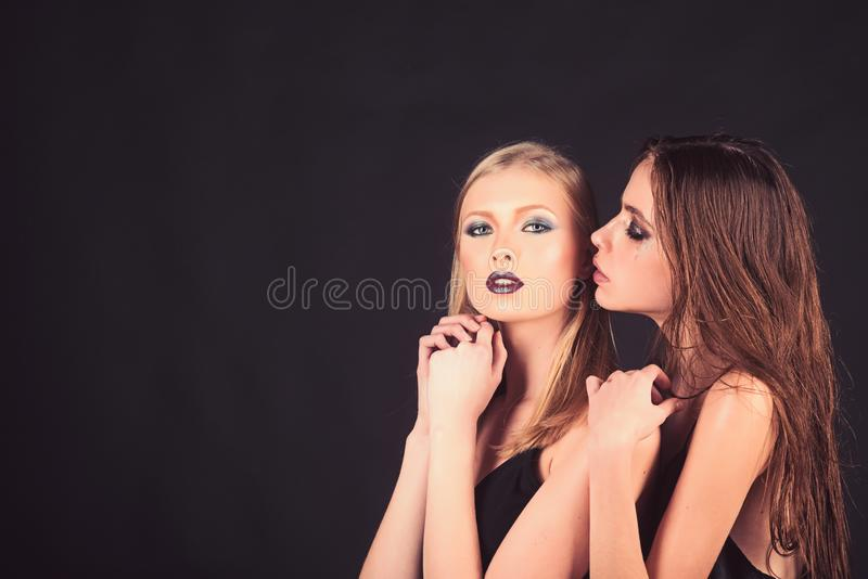 Mädchen mit Brunette und dem blonden Haar Mode-Modelle mit Make-up und Frisur Friseur und Schönheitssalon Make-upblick und lizenzfreies stockfoto