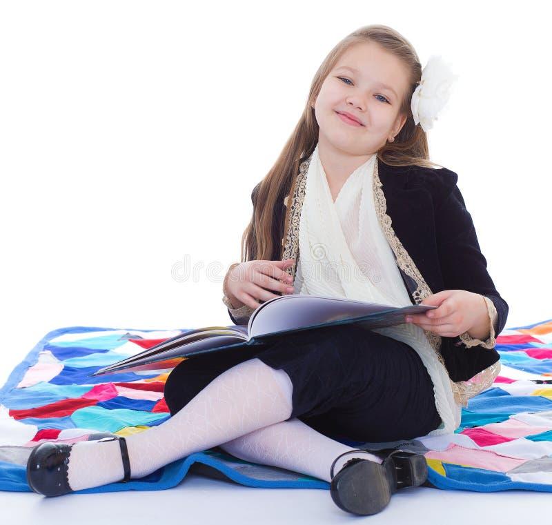 Mädchen mit Buch. lizenzfreies stockbild