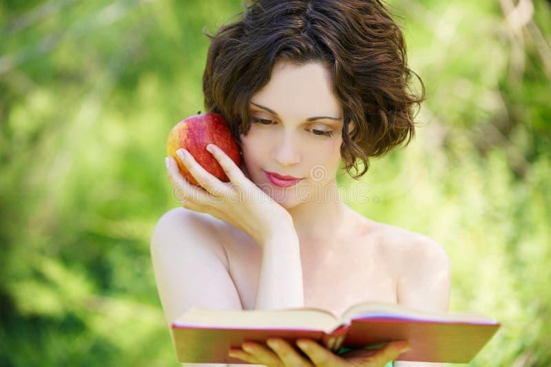 Mädchen mit Buch draußen lizenzfreies stockfoto