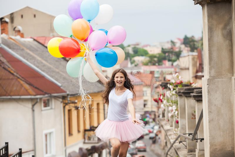 Mädchen mit bunten Latexballonen lizenzfreies stockbild