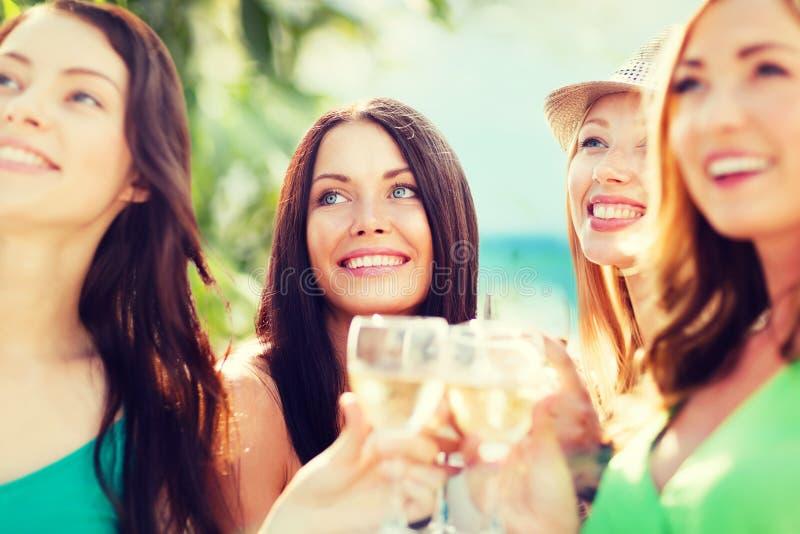 Mädchen mit Champagnergläsern lizenzfreie stockfotografie