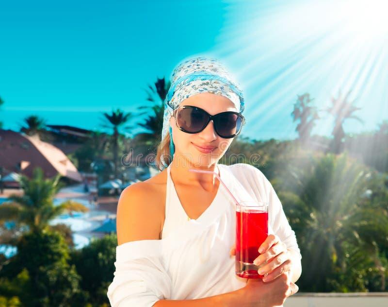 Mädchen mit Cocktail auf dem Strand lizenzfreie stockbilder