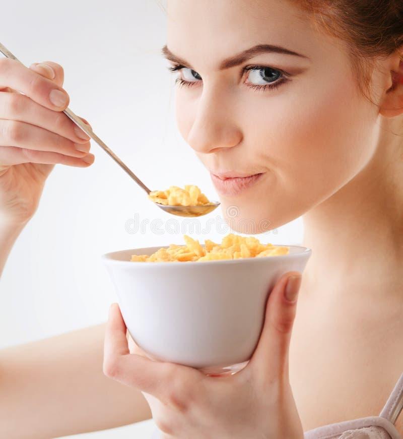 Mädchen mit Corn Flakes stockbilder
