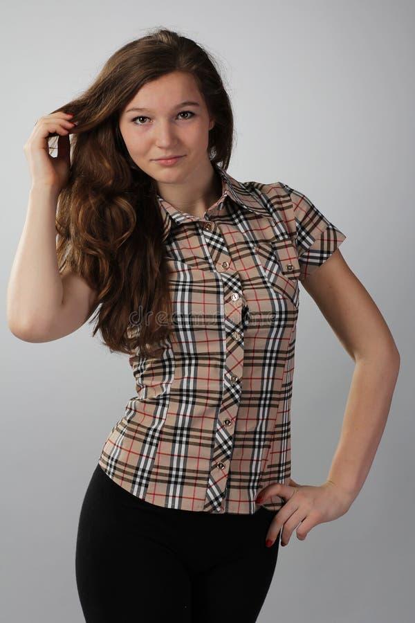 Mädchen mit dem üppigen Haar in einem karierten Hemd an stockbilder
