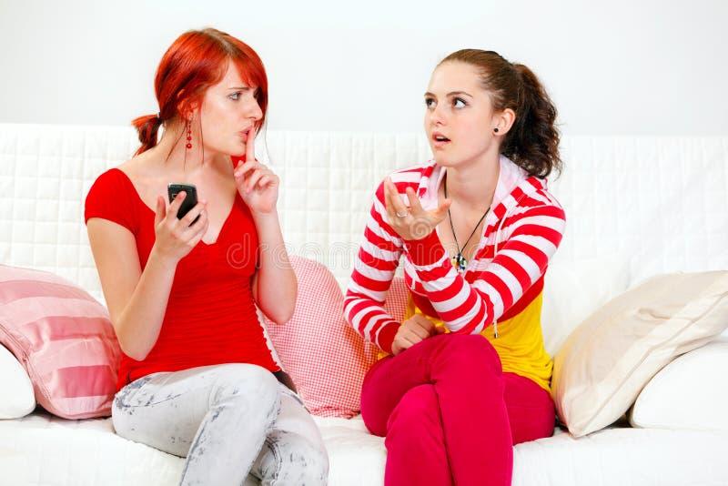 Mädchen mit dem beweglichen Darstellen bringen ihre Freundin zum Schweigen lizenzfreie stockbilder