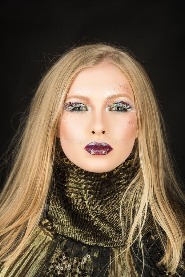 Mädchen mit dem blonden Haar des Zopfes Friseur und Schönheitssalon Sexy Frau mit dem blonden Haar lokalisiert auf Schwarzem Art- lizenzfreie stockfotos