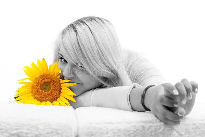 Mädchen mit dem blonden Haar mit Sonnenblumen stockbild