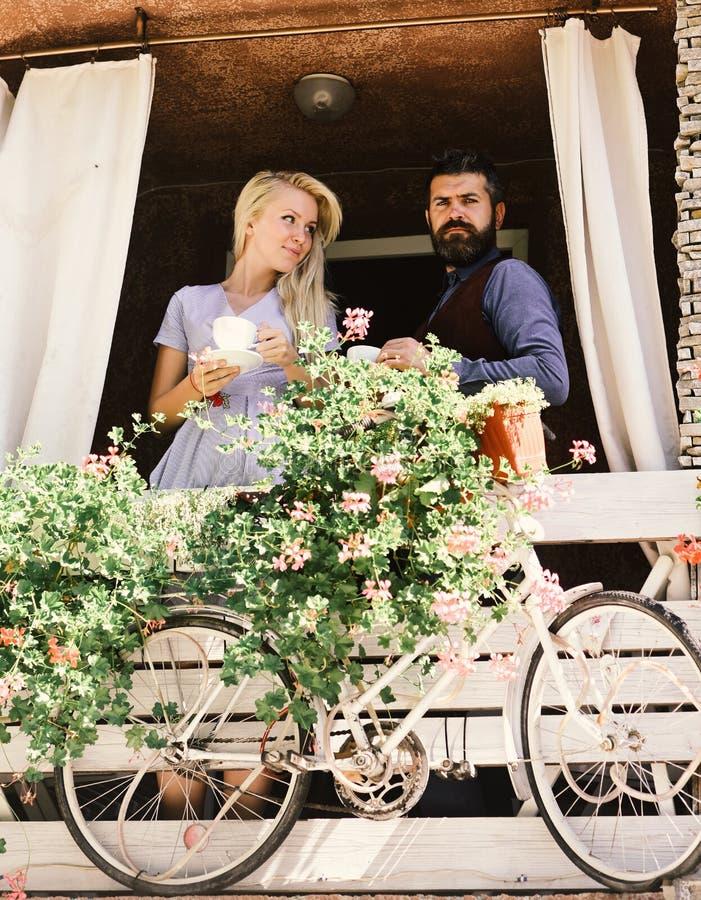 Mädchen mit dem blonden Haar und bärtiger Kerl auf Caféhintergrund Frau und Mann mit überzeugten Gesichtern haben ein Datum stockfoto