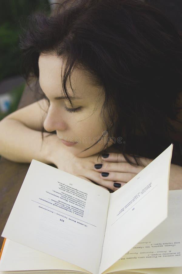 Mädchen mit dem Buch lizenzfreie stockfotos
