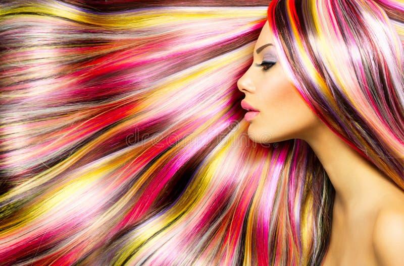 Mädchen mit dem bunten gefärbten Haar stockfoto