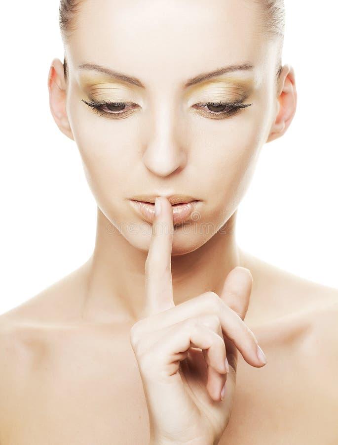 Mädchen mit dem Finger über ihrem Mund stockbilder