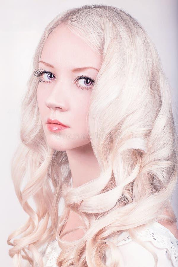 Mädchen mit dem gelockten blonden Haar stockbilder