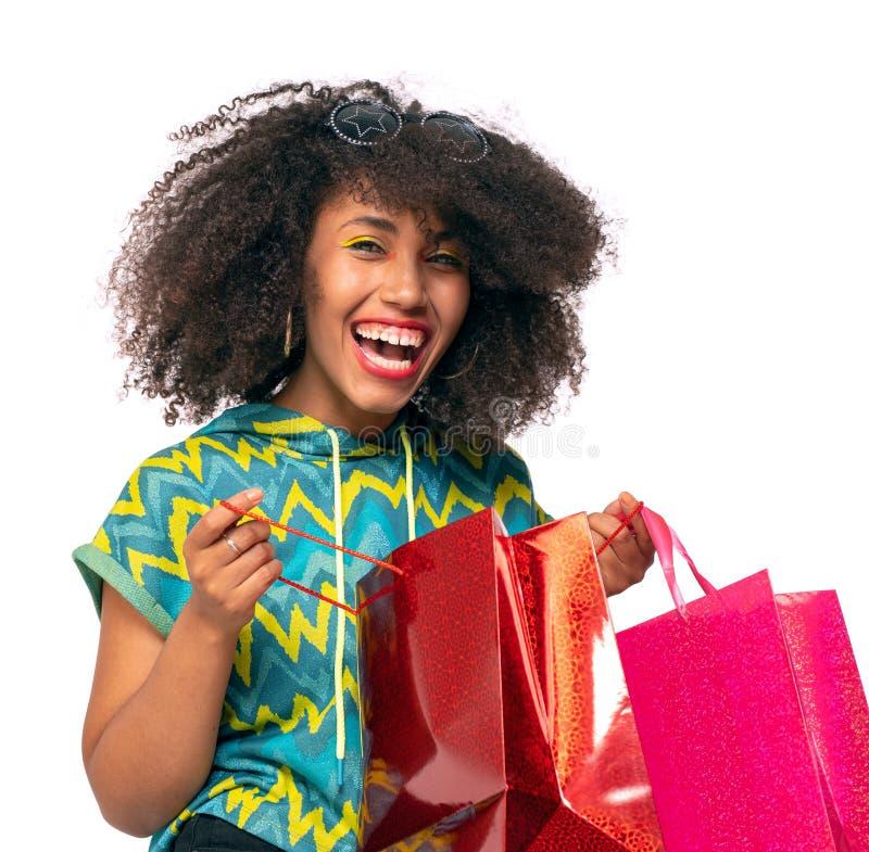 Mädchen mit dem gelockten Haar mit Einkaufstaschen stockbilder