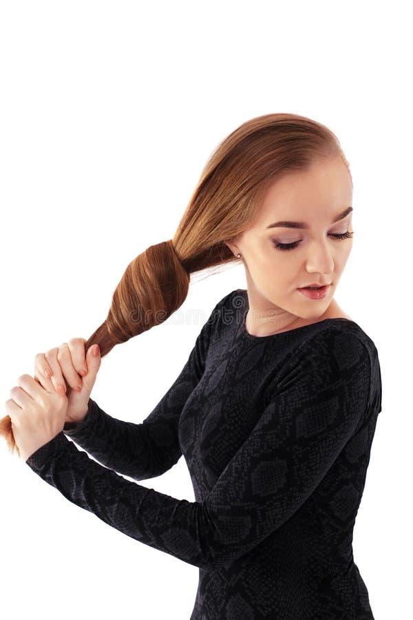 Mädchen mit dem langen Haar knotenpunkt Das Konzept des Lebensstils, Mode, er stockbild