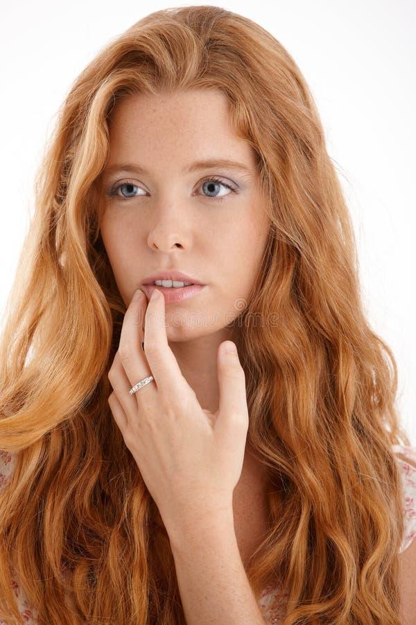 Mädchen mit dem langen roten gelockten Haar lizenzfreie stockbilder