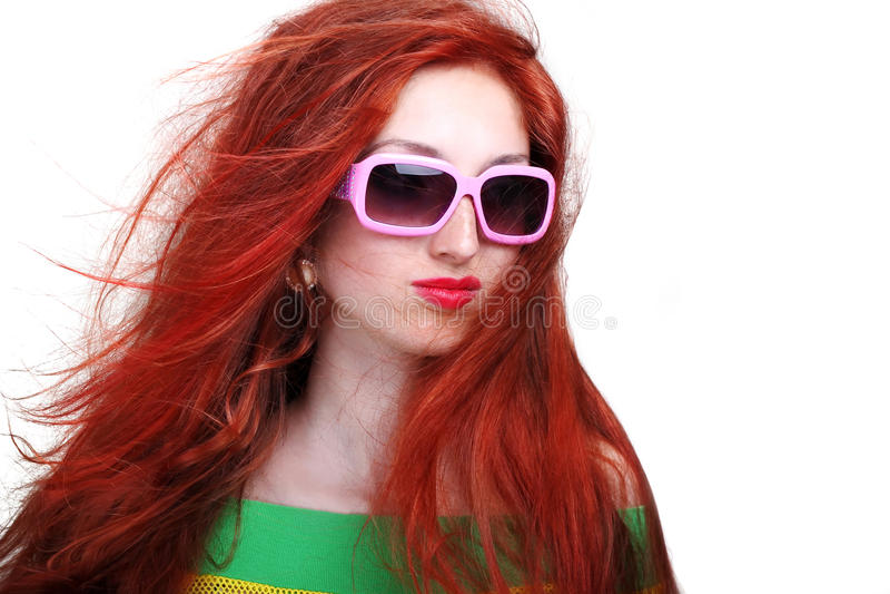 Mädchen mit dem langen roten Haar in den Art und Weisesonnenbrillen stockbilder