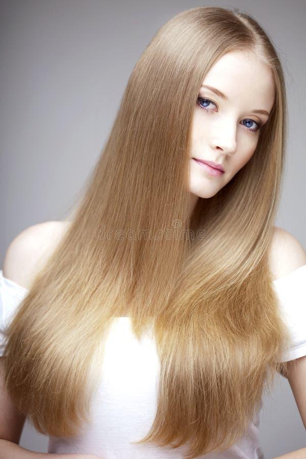 Mädchen mit dem luxuriösen Haar lizenzfreies stockfoto