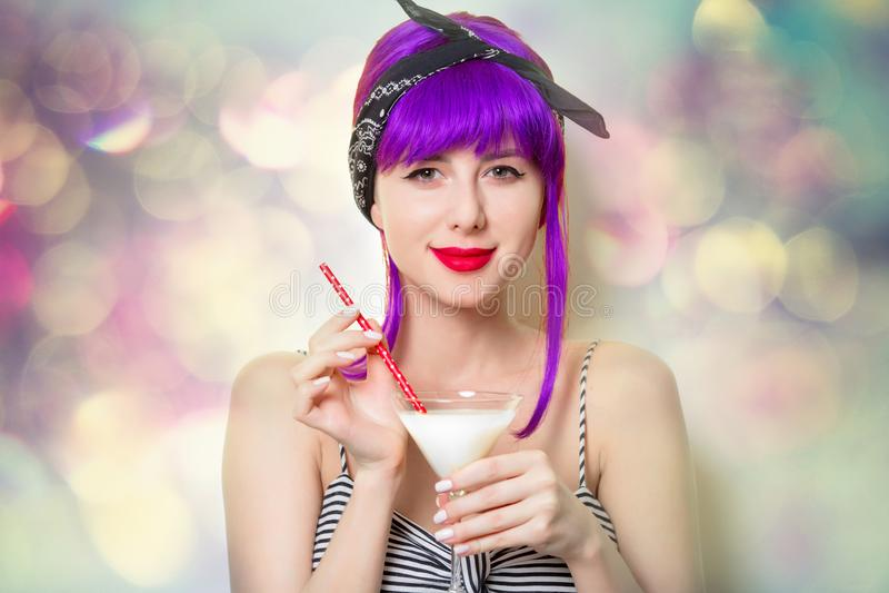 Mädchen mit dem purpurroten Haar, das Cocktail hält lizenzfreies stockfoto