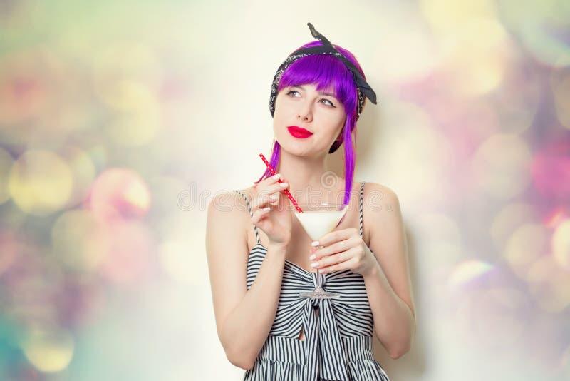 Mädchen mit dem purpurroten Haar, das Limonadencocktail hält stockfotografie