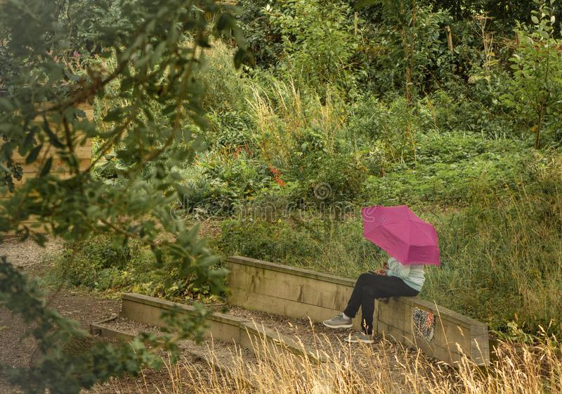 Mädchen mit dem rosa Regenschirm lizenzfreie stockfotografie