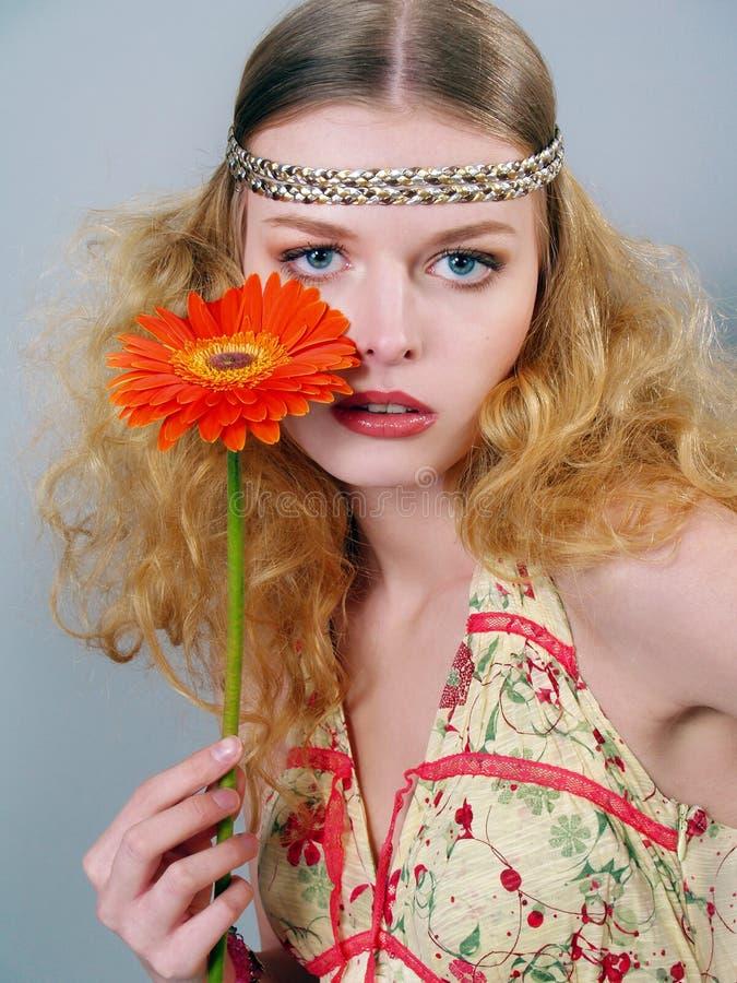 Mädchen mit den blauen Augen und mit einer Blume lizenzfreie stockfotos