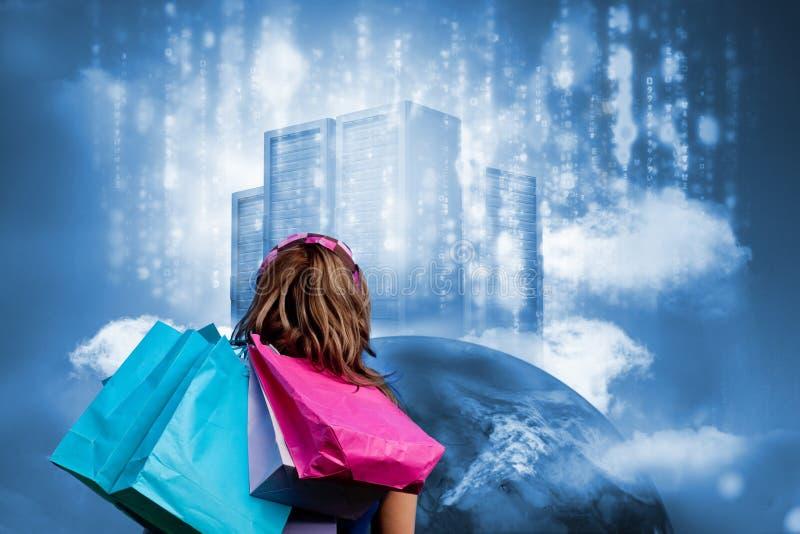 Mädchen mit den Einkaufstaschen, die Datenserver auf Erde betrachten lizenzfreie stockfotografie