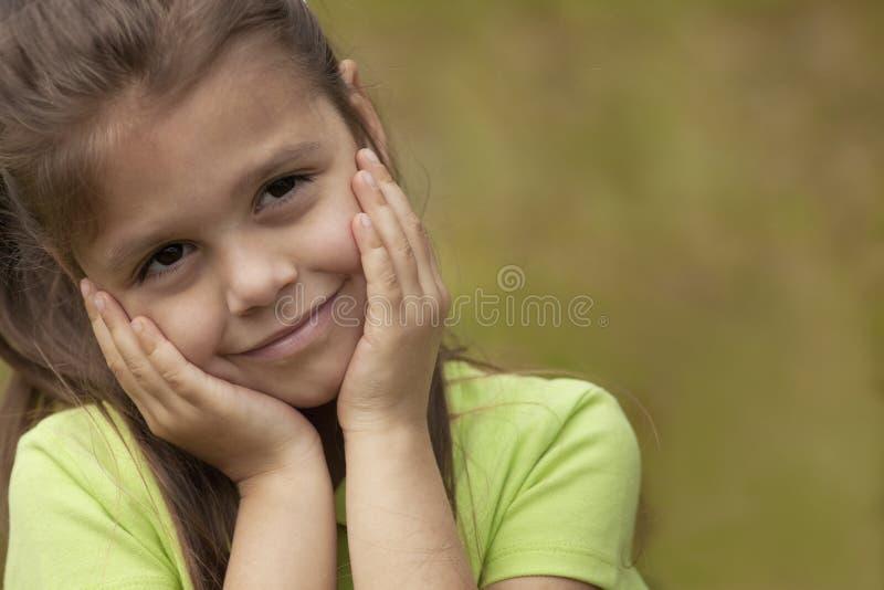 Mädchen mit den Händen auf Gesicht stockfoto