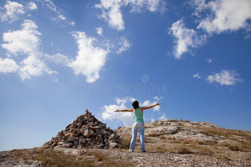 Mädchen mit den Händen oben lizenzfreies stockfoto
