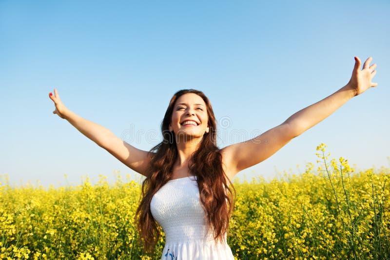 Mädchen mit den Händen oben am Sommerfeld stockbild