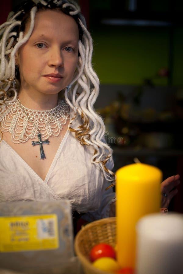 Mädchen mit den weißen Dreadlocks, die Ostern-Kerzen halten lizenzfreie stockfotos