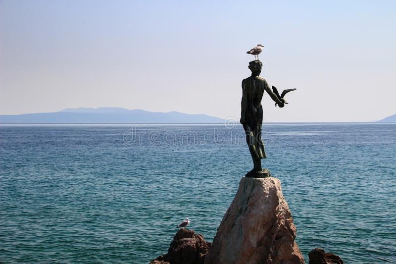 Mädchen mit der Seemöwenstatue und dem adriatischen Meer Opatija Kroatien stockfotografie
